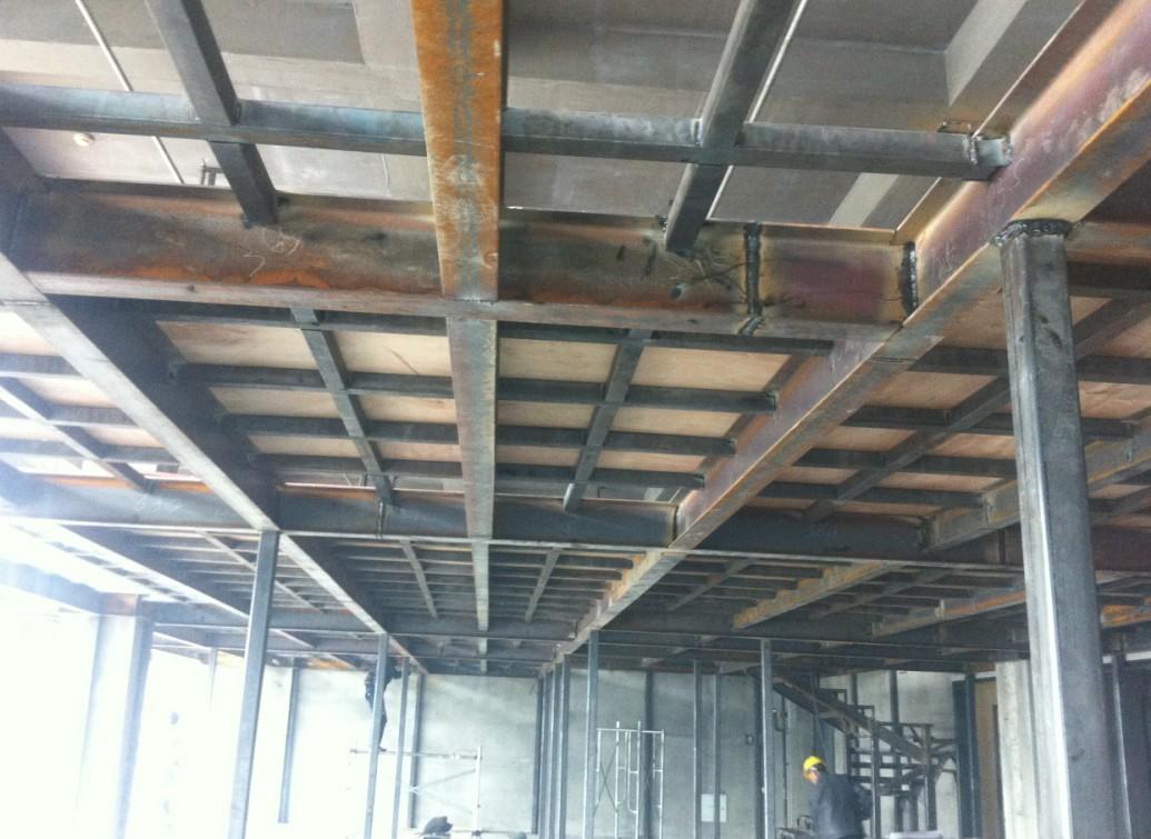 钢结构是主要由钢制材料组成的结构,是主要的建筑结构类型之一。结构主要由型钢和钢板等制成的钢梁、钢柱、钢桁架等构件组成,各构件或部件之间通常采用焊缝、螺栓或铆钉连接。因其自重较轻,且施工简便,广泛应用于大型厂房、场馆、超高层等领域。 钢结构的特点: